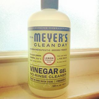 New favorite cleaner ya'll! @mrsmeyerscleanday Vinegar Gel! Safe, effective, #crueltyfree, and at @target! Loving this item in their #madetomatter collection. My tub looks amazing and the scent is husband and dog approved!! 🛁🍋💦
